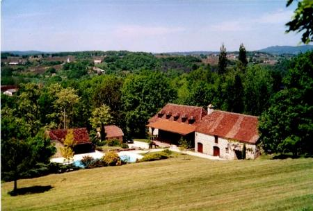 Magnificent property offering 2 typical houses + barn + small gîte + swimming pool, with beautiful surroundings !